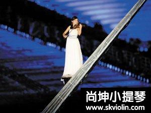 女大学生用小提琴高空演奏《春天的故事》图片